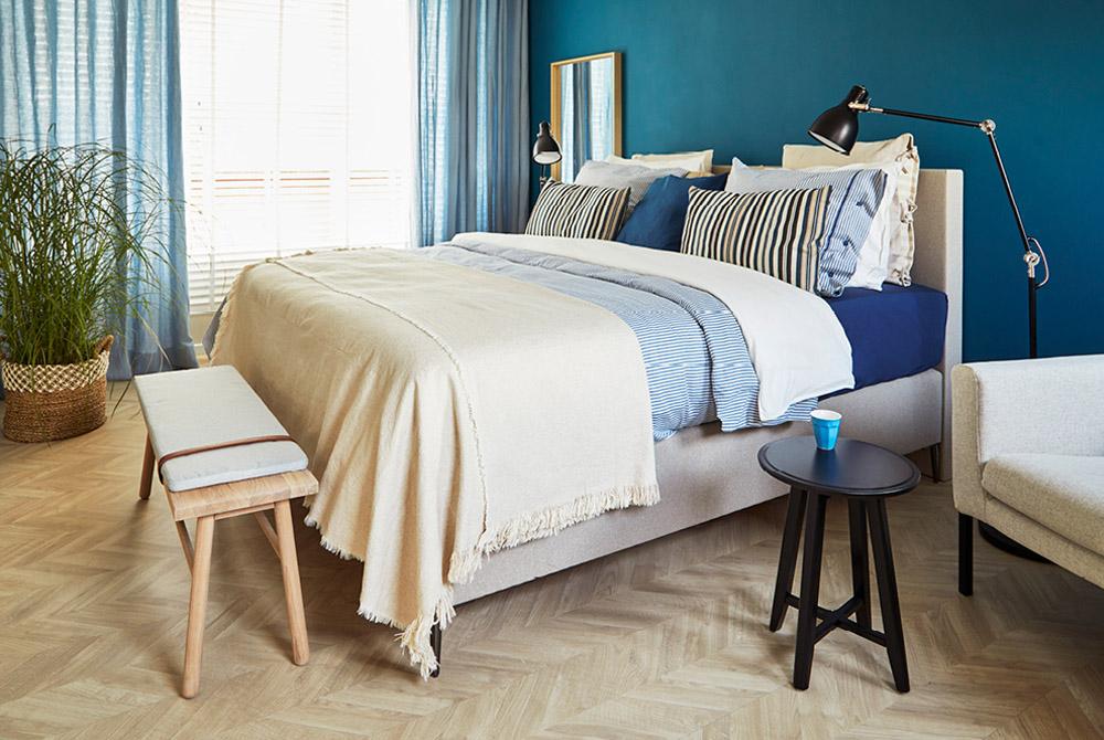 slaapkamer met blauwe achterwand